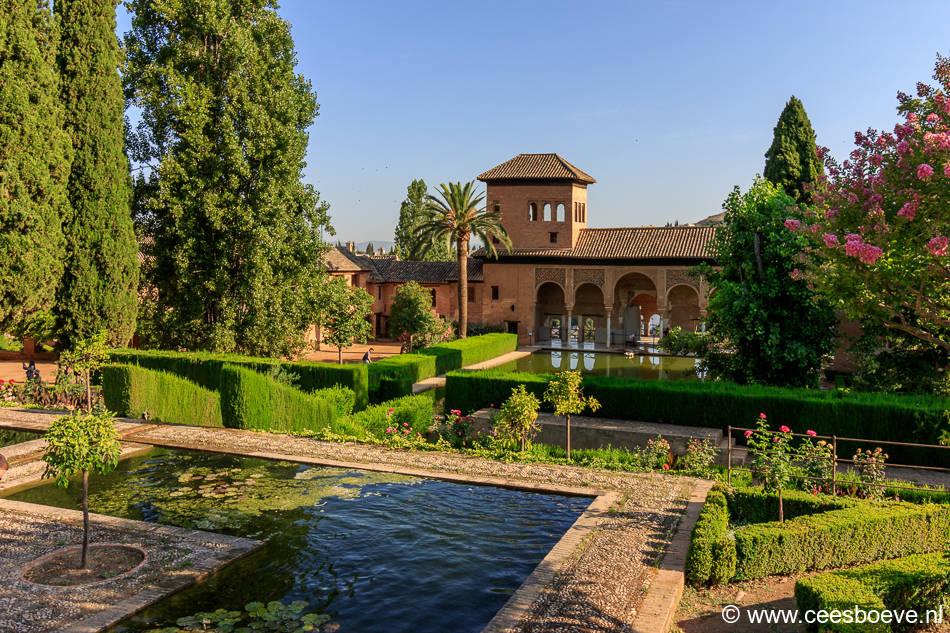 Uitzicht op Palacio del Partal, vijvers en tuin in het Alhambra