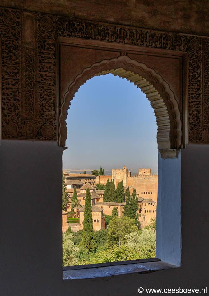 Mooie boogvensters in het oude Arabische paleis Alhambra.