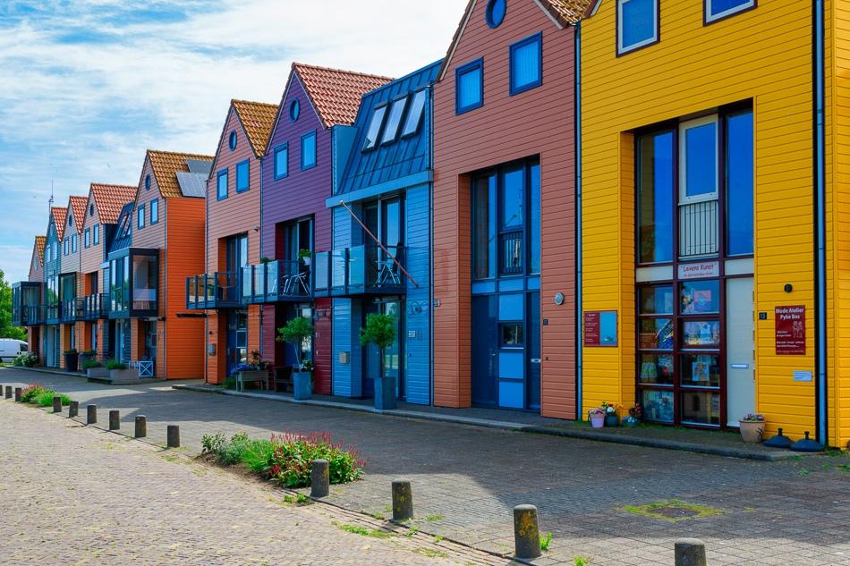 Kleurige huizen aan de haven van Stavoren, 19 juli 2019