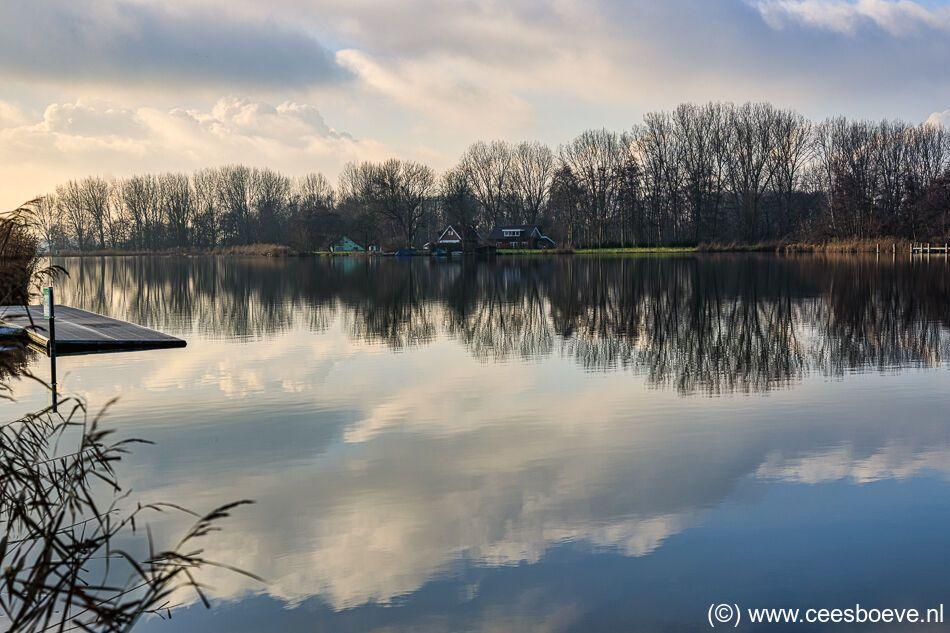 Wolken spiegelen zich in het water van de Rottemeren, 2 januari 2021
